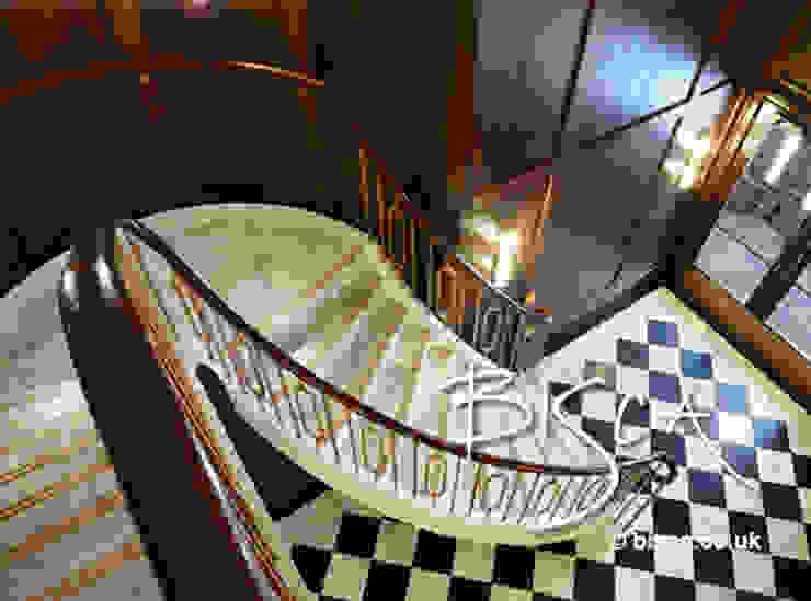 Stone Staircase by Bisca Couloir, entrée, escaliers classiques par Bisca Staircases Classique