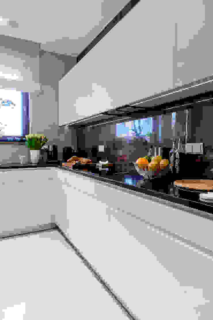 Modern Apartment – 100m2 Nowoczesna kuchnia od TiM Grey Interior Design Nowoczesny