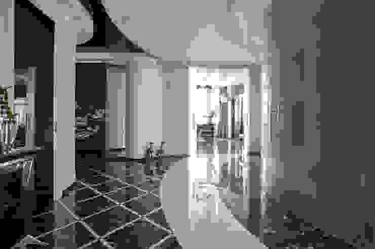 Холл Коридор, прихожая и лестница в классическом стиле от Studio Design-rise Классический
