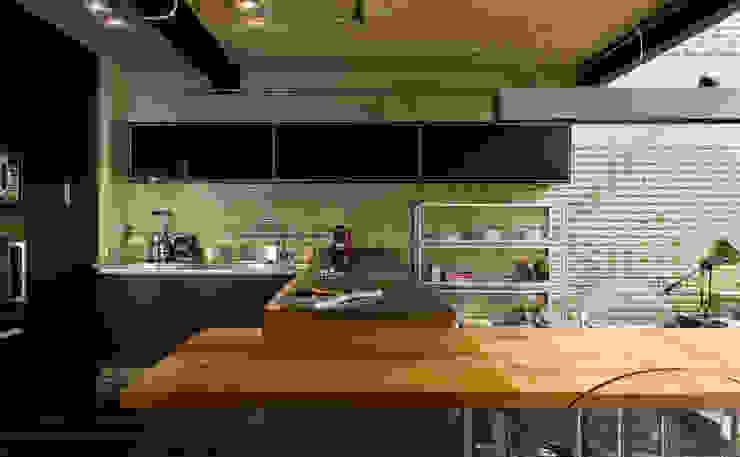Industrial Loft: Cozinhas  por DIEGO REVOLLO ARQUITETURA S/S LTDA.
