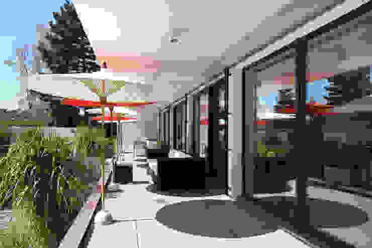 Bauhaus Villa in München Minimalistischer Balkon, Veranda & Terrasse von 2P-raum® Architekten Minimalistisch