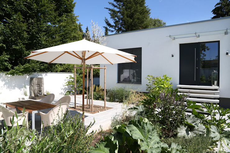 2P-raum® Architekten Jardines de estilo moderno