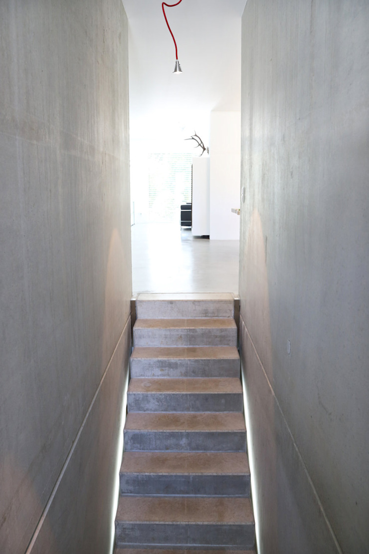 Sichtbeton Treppe _ Bauhaus Villa in München von 2P-raum® Architekten Minimalistisch