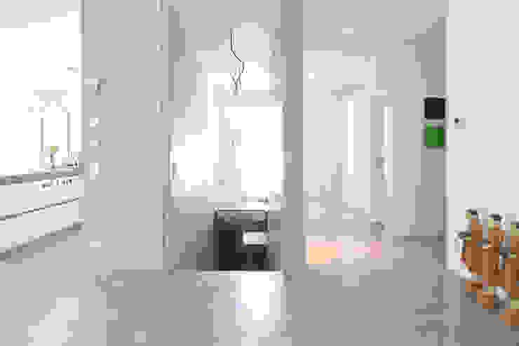 Sichtbeton Wände und Treppe, Sichtestrich _ Bauhaus Villa in München von 2P-raum® Architekten Minimalistisch