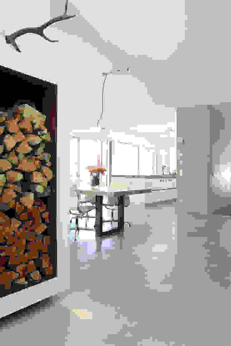 Sichtbeton Wände und Treppe, Sichtestrich _ Bauhaus Villa in München Minimalistische Esszimmer von 2P-raum® Architekten Minimalistisch
