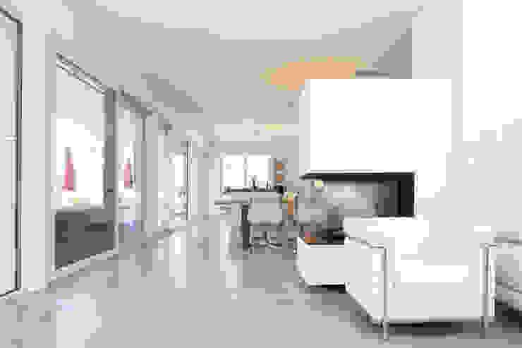 offenes Wohnen _ Bauhaus Villa in München Minimalistische Esszimmer von 2P-raum® Architekten Minimalistisch