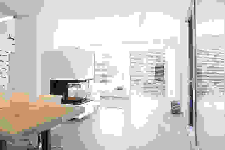 offenes Wohnen _ Bauhaus Villa in München Minimalistische Wohnzimmer von 2P-raum® Architekten Minimalistisch