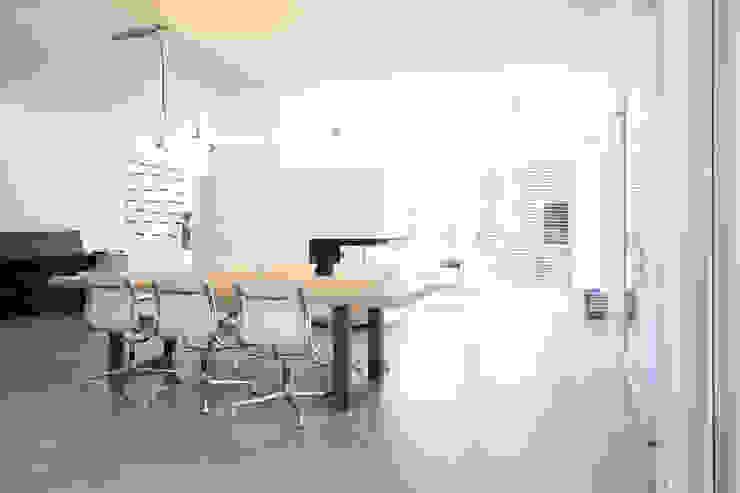 2P-raum® Architekten Salas de jantar minimalistas