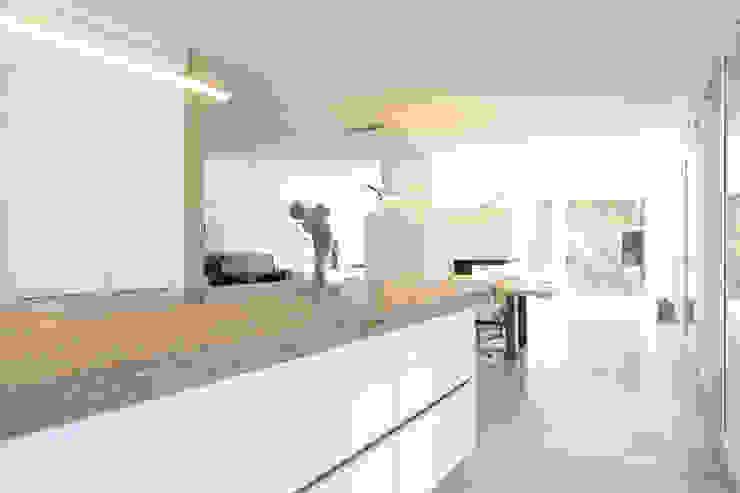 Kochbereich _ Bauhaus Villa in München Minimalistische Küchen von 2P-raum® Architekten Minimalistisch