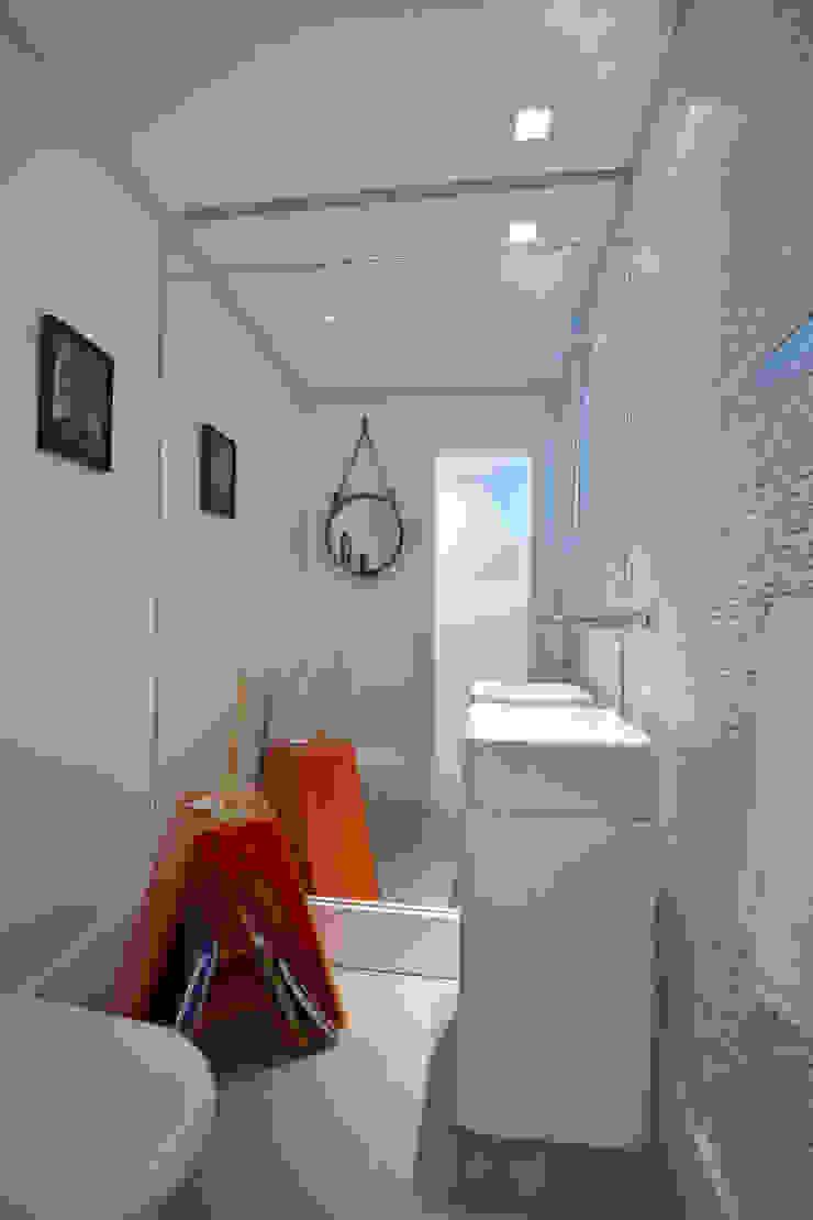 Tropische Badezimmer von Michele Moncks Arquitetura Tropisch
