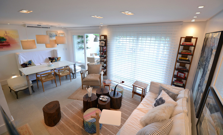 Tropische Wohnzimmer von Michele Moncks Arquitetura Tropisch