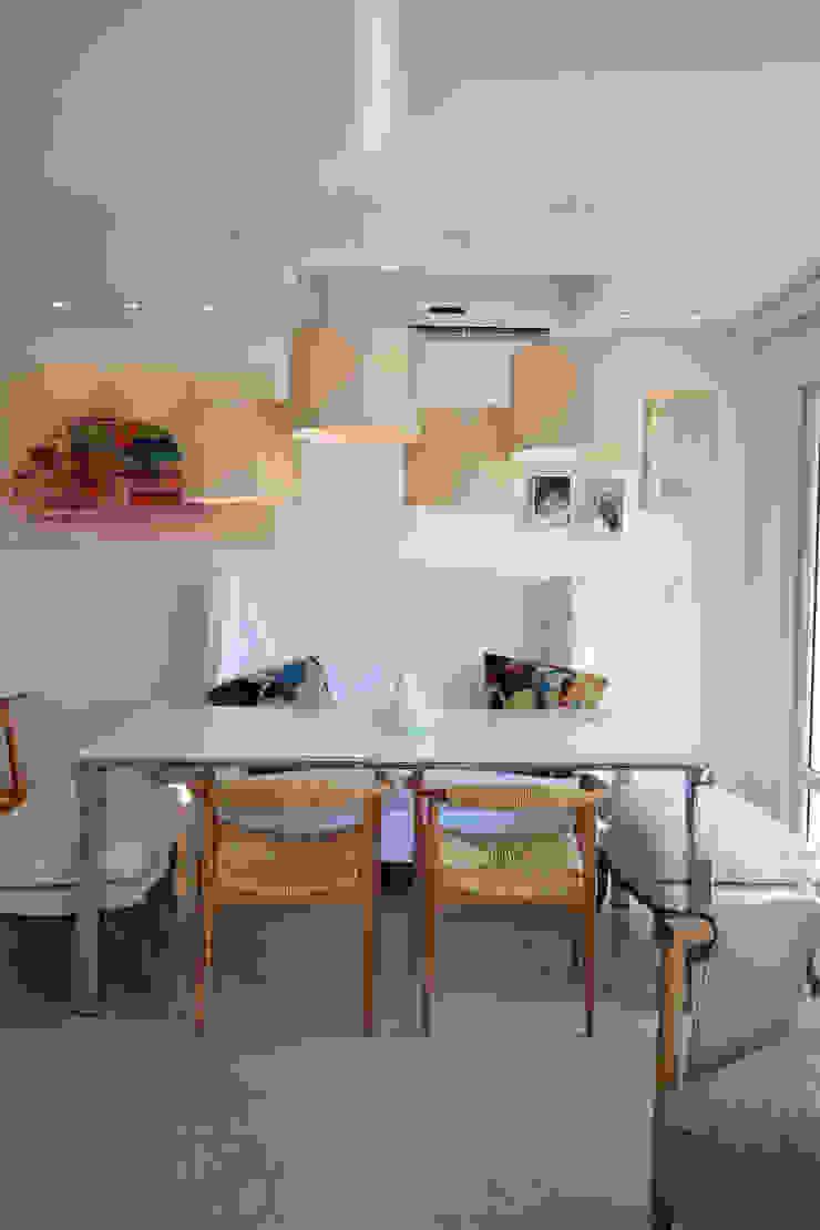Tropische Esszimmer von Michele Moncks Arquitetura Tropisch