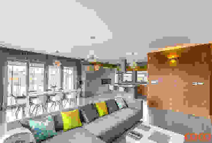 Salas de estilo minimalista de COCO Pracownia projektowania wnętrz Minimalista