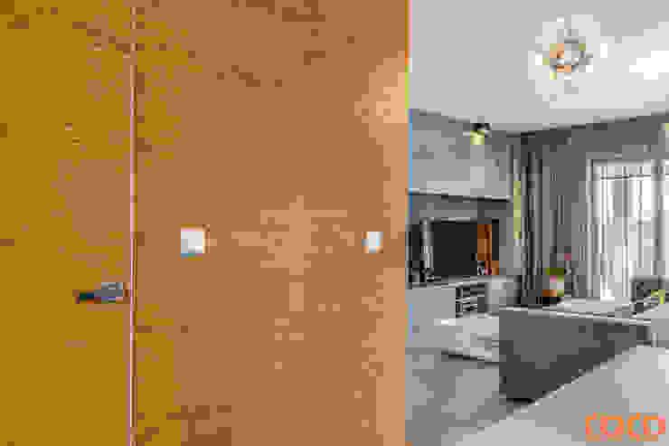 Dom w szarościach Minimalistyczny salon od COCO Pracownia projektowania wnętrz Minimalistyczny
