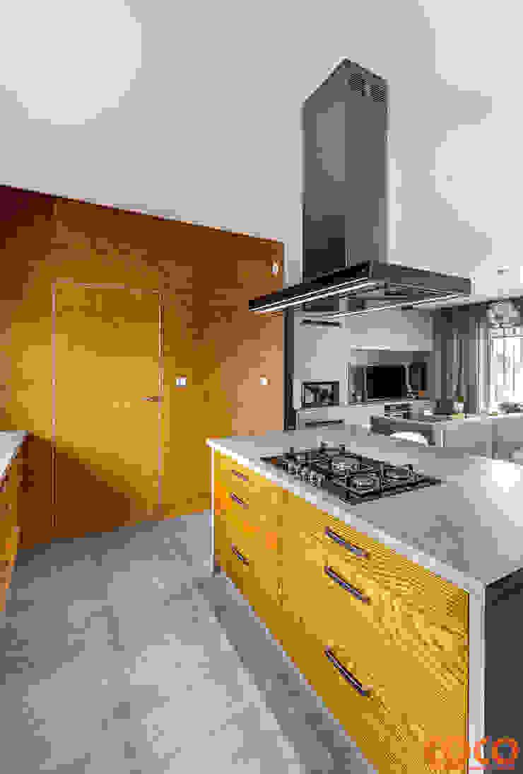 Dom w szarościach Minimalistyczna kuchnia od COCO Pracownia projektowania wnętrz Minimalistyczny