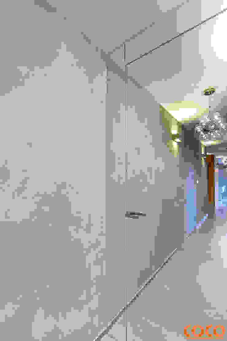 Dom w szarościach Minimalistyczne okna i drzwi od COCO Pracownia projektowania wnętrz Minimalistyczny