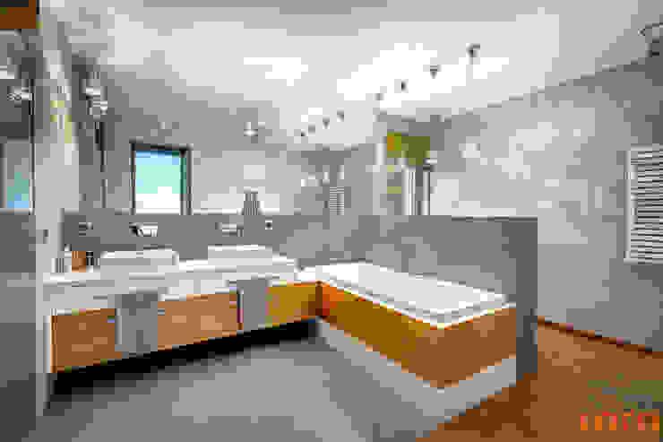 Dom w szarościach: styl , w kategorii Łazienka zaprojektowany przez COCO Pracownia projektowania wnętrz,Minimalistyczny