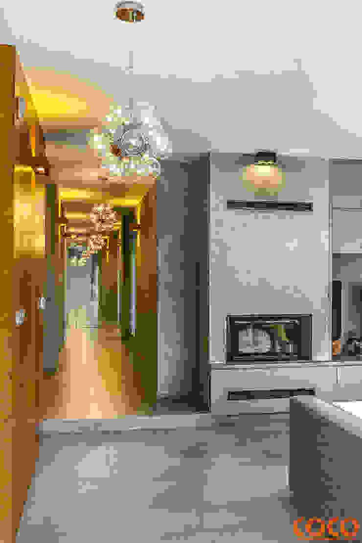 Dom w szarościach Minimalistyczny korytarz, przedpokój i schody od COCO Pracownia projektowania wnętrz Minimalistyczny