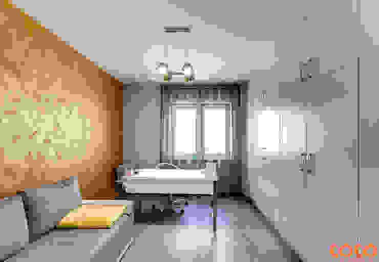 Dom w szarościach Minimalistyczne domowe biuro i gabinet od COCO Pracownia projektowania wnętrz Minimalistyczny