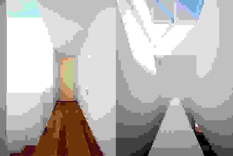 Casa LP Pareti & Pavimenti in stile moderno di Studio Gerosa Moderno