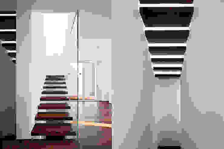 Studio Gerosa Moderner Flur, Diele & Treppenhaus