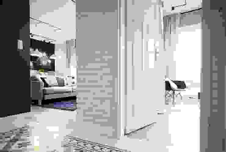 Pasillos, vestíbulos y escaleras escandinavos de Raca Architekci Escandinavo