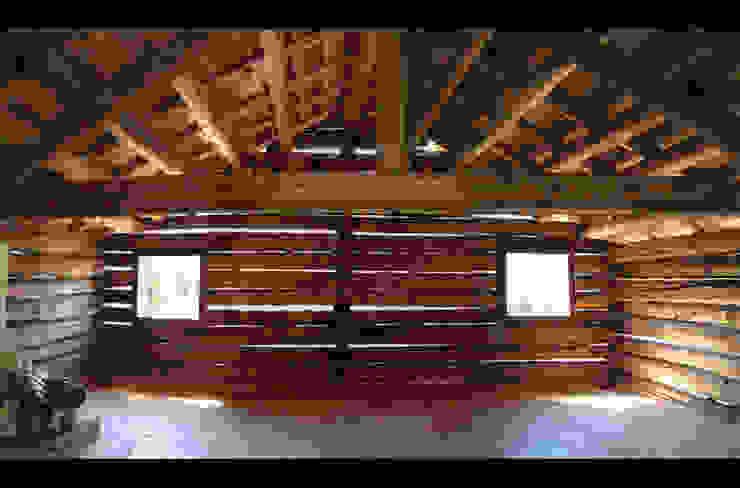 L'ambiente del primo piano finito Studio Moretti Case in stile rustico