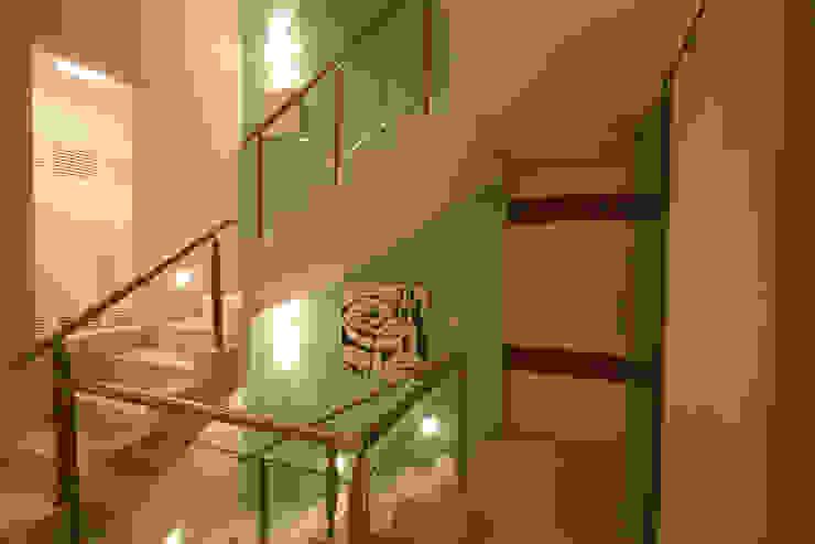 Modern corridor, hallway & stairs by FJ Novaes Light Projects Modern