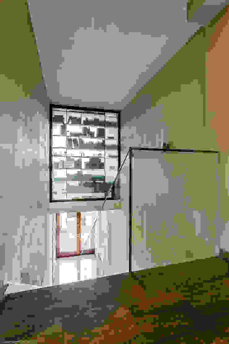 Couloir, entrée, escaliers minimalistes par Biuro Projektowe Pióro Minimaliste