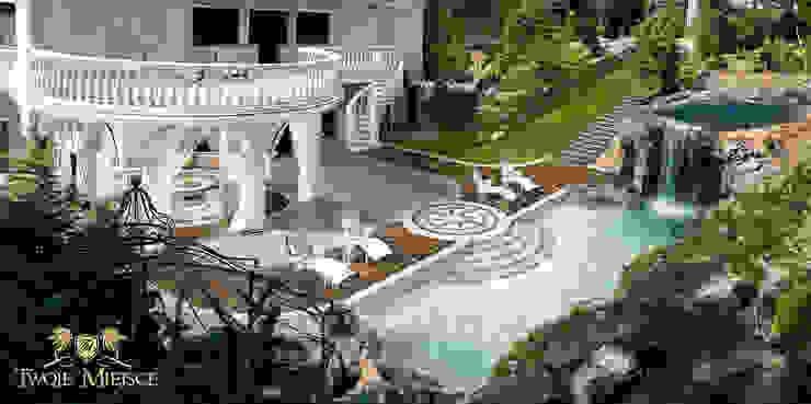 Taras z balkonem, grota skalna i basenem Klasyczny balkon, taras i weranda od Twoje Miejsce Klasyczny