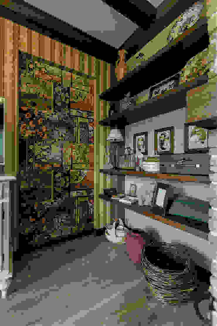 Pasillos, vestíbulos y escaleras rurales de Студия интерьерного декора PROSTRANSTVO U Rural