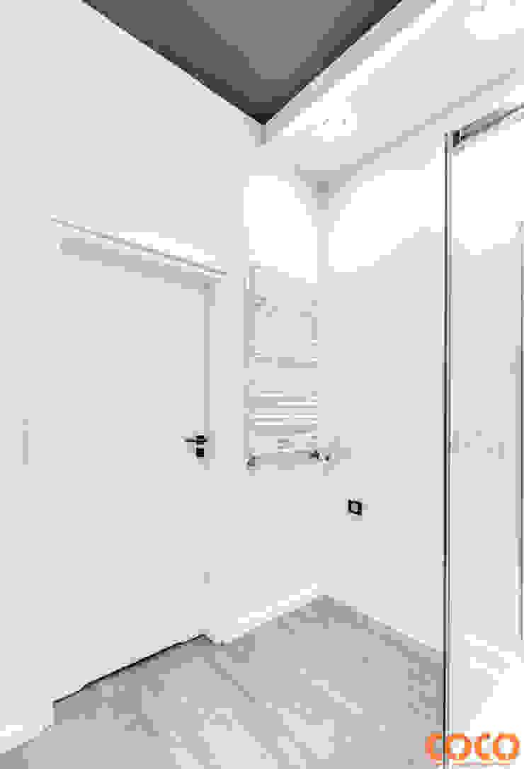 Bliźniacze lustrzane łazienki Minimalistyczna łazienka od COCO Pracownia projektowania wnętrz Minimalistyczny