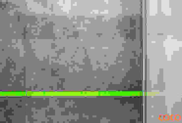 Bliźniacze lustrzane łazienki Minimalistyczne ściany i podłogi od COCO Pracownia projektowania wnętrz Minimalistyczny