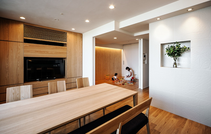 山本通の家 キッチンよりリビング─子供たちの遊び部屋を見る 北欧デザインの ダイニング の 株式会社seki.design 北欧