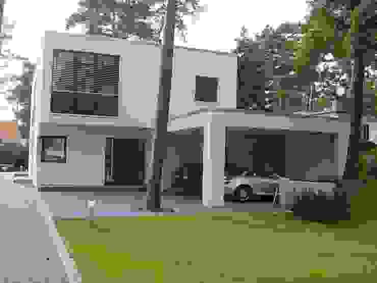 Rückansicht und Carport Moderne Häuser von homify Modern