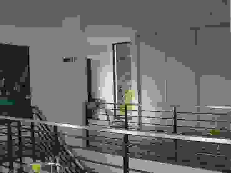 Galerie mit Einbauschrank im Obergeschoss Moderner Flur, Diele & Treppenhaus von homify Modern