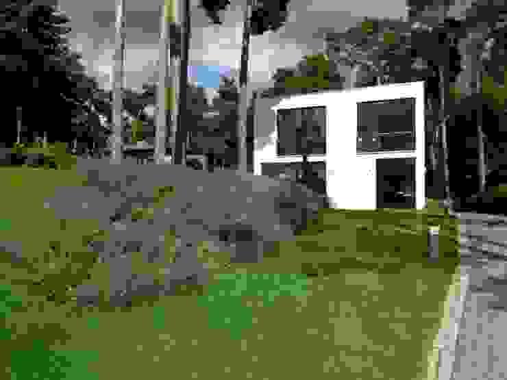 Bauhaus inmitten märkischer Kiefern Moderner Garten von homify Modern