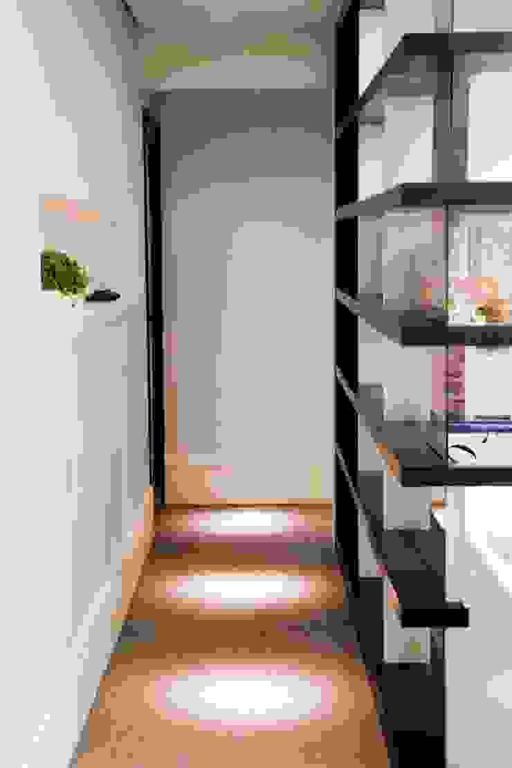 Asenne Arquitetura Pasillos, vestíbulos y escaleras de estilo moderno