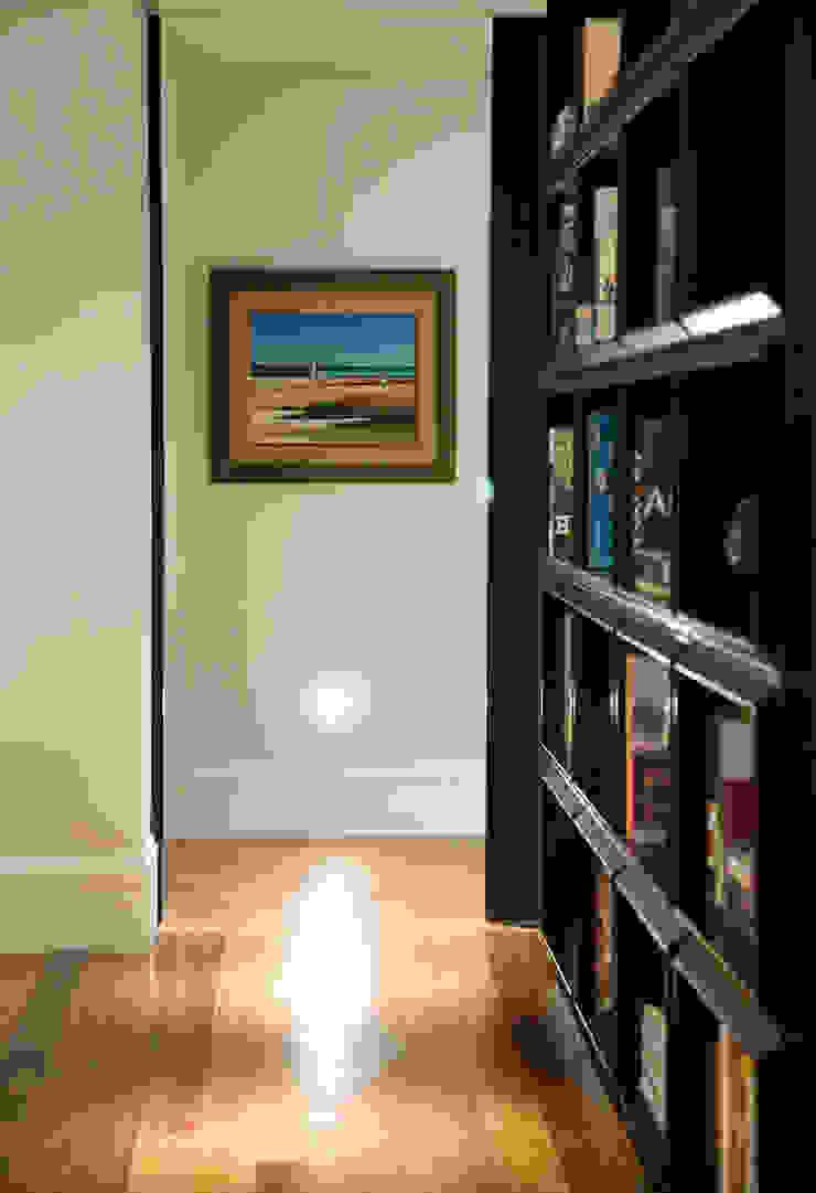 Asenne Arquitetura Corridor, hallway & stairsDrawers & shelves