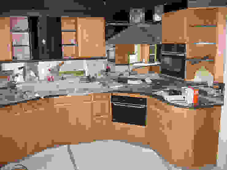 Kunststof keuken spuiten spuiten in wit ral-9016 zijdeglans   voor het overspuiten: modern  door Eurobord Keukenspuiterij en Meubelspuiterij, Modern