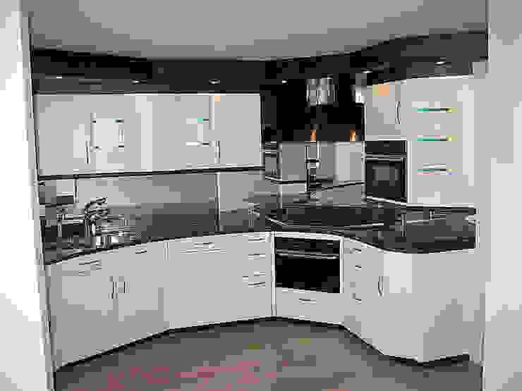 Kunststof keuken spuiten in wit ral-9016 zijdeglans   na het overspuiten: modern  door Eurobord Keukenspuiterij en Meubelspuiterij, Modern