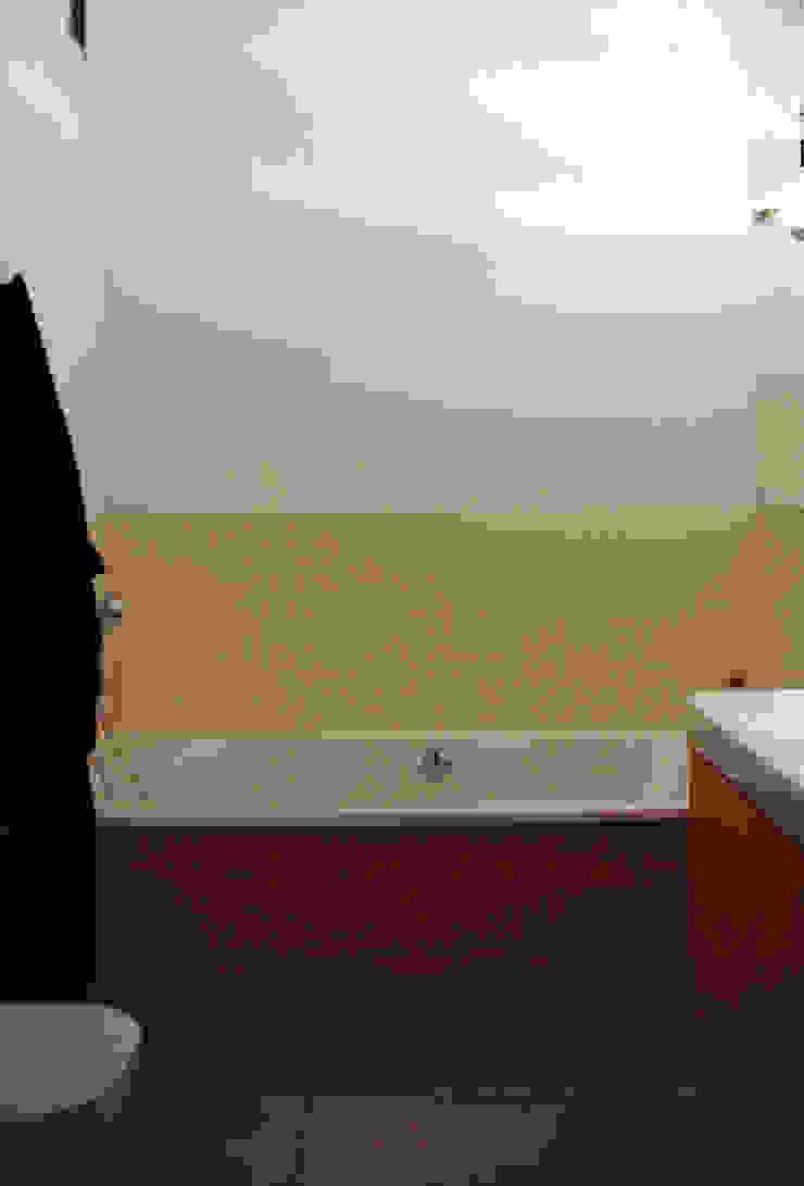 nad kanałkiem Skandynawska łazienka od JJJASKOLA ARCHITEKCI Skandynawski