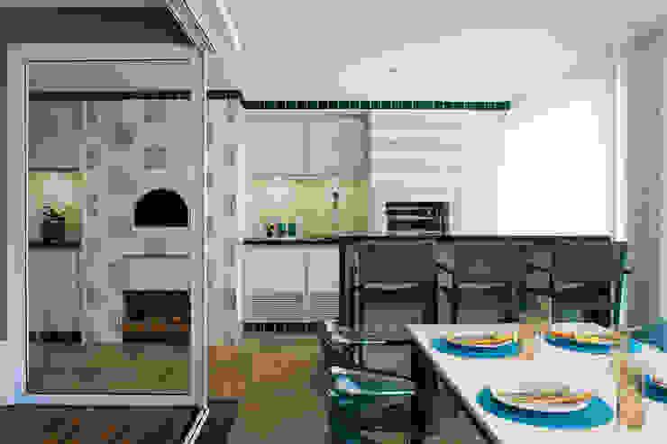Varanda Gourmet com Chopeira, Churrasqueira e Forno de Pizza Varandas, alpendres e terraços modernos por homify Moderno