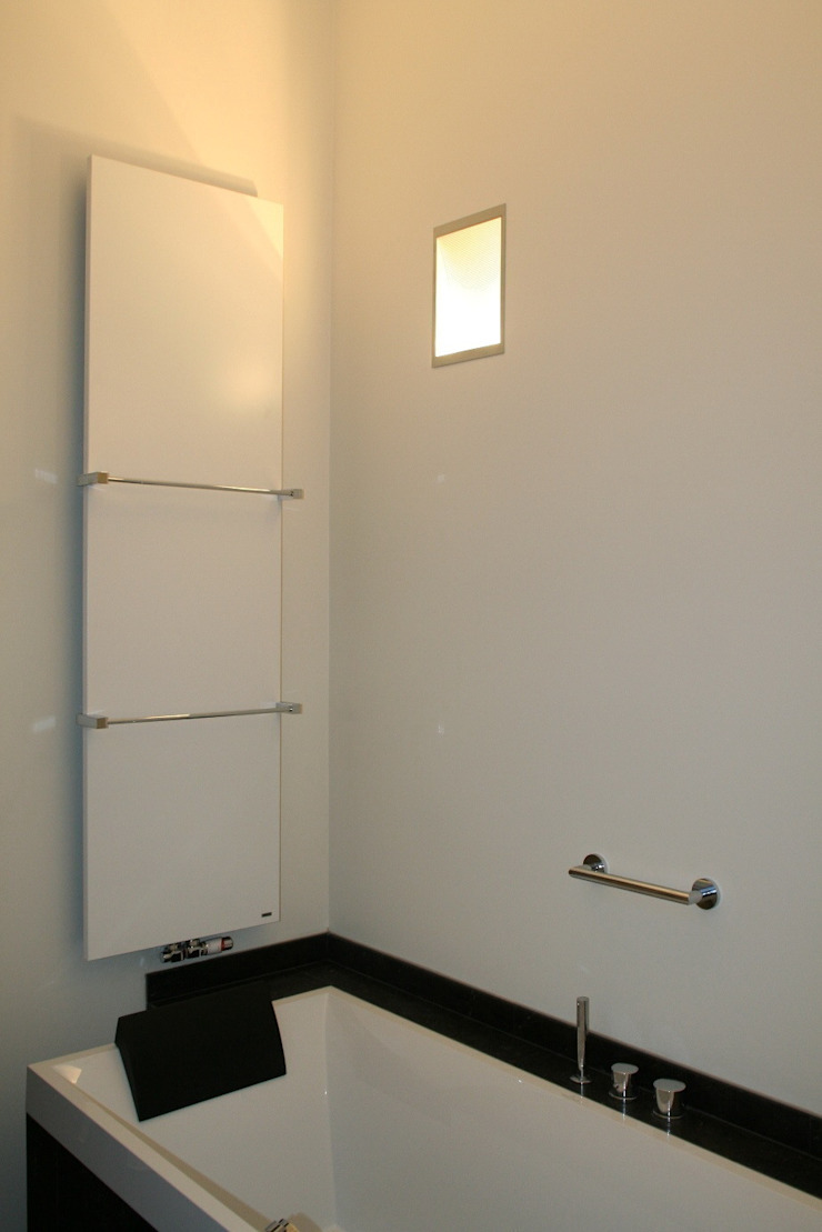 Hoge achterwand met indirect licht Moderne badkamers van Bad & Design Modern