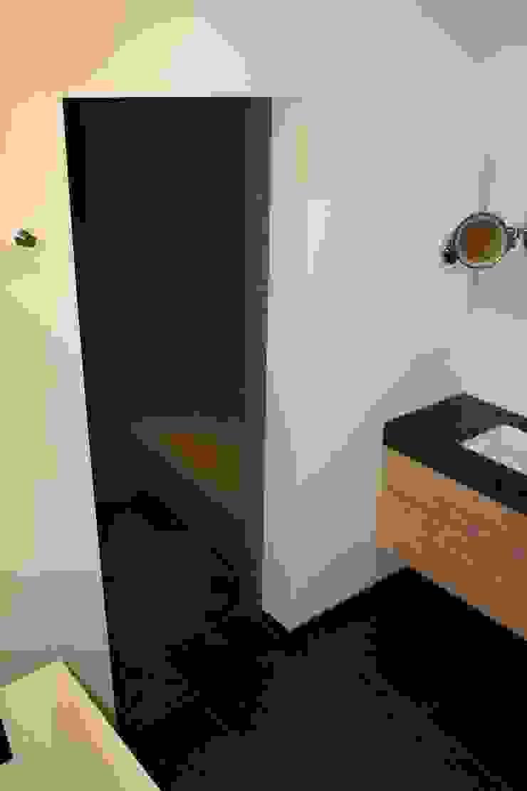 Met mozaiek betegelde zitbank in de stoomdouche Moderne badkamers van Bad & Design Modern
