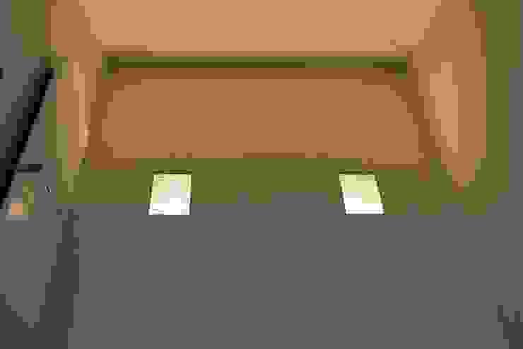 Hoge wand met indirecte verlichting Moderne badkamers van Bad & Design Modern