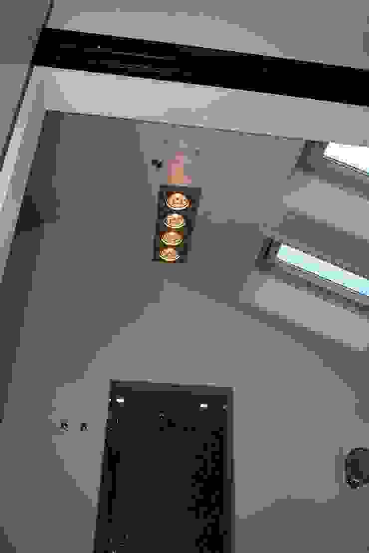 Hoogte met bijzonder licht Moderne badkamers van Bad & Design Modern