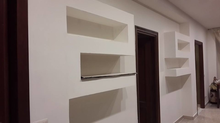 librerie in cartongesso Ingresso, Corridoio & Scale in stile moderno di piano a Moderno
