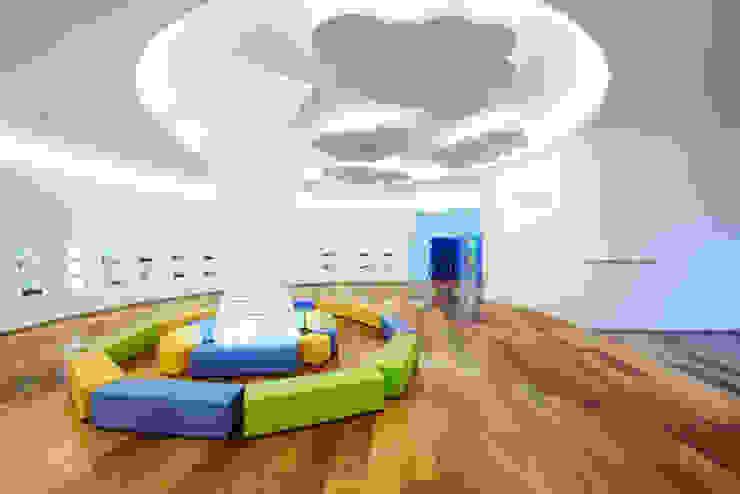 '구름위의 마을'이라는 상상의 공간: Design m4의  상업 공간,