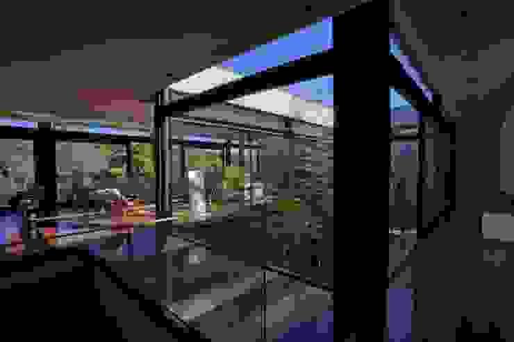 Pasillos, vestíbulos y escaleras de estilo moderno de Marcos Bertoldi Moderno
